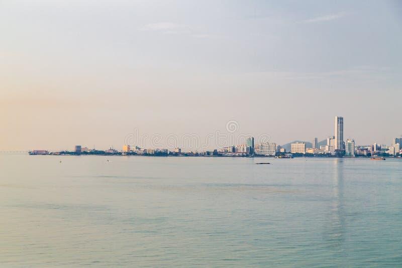 Wschodu słońca pejzażu miejskiego widok Penang wyspa od cieśniien Malacca fotografia royalty free