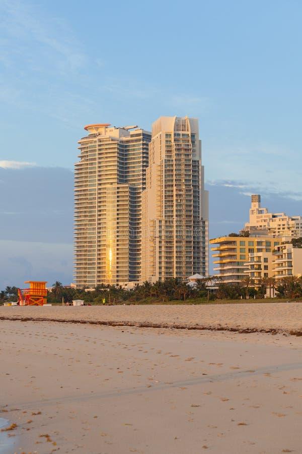 Wschodu słońca widok mieszkanie własnościowe góruje i plaża przy południe Wyrzucać na brzeg obraz stock