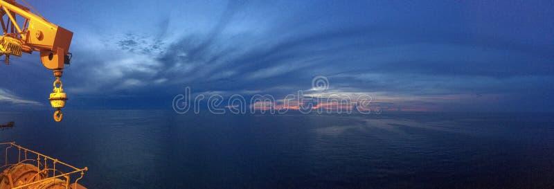 Wschodu słońca widok od na morzu takielunku zdjęcie stock
