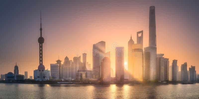 Wschodu słońca widok Szanghaj linia horyzontu z światłem słonecznym zdjęcia royalty free