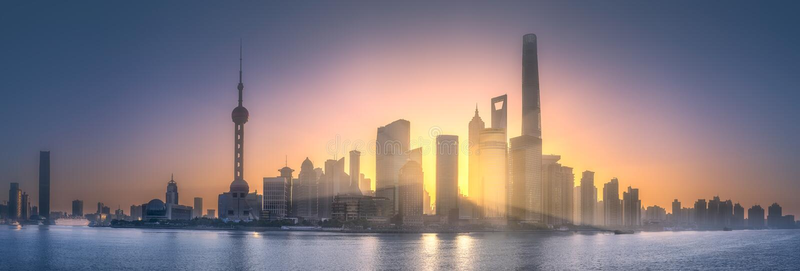 Wschodu słońca widok Szanghaj linia horyzontu z światłem słonecznym obraz stock