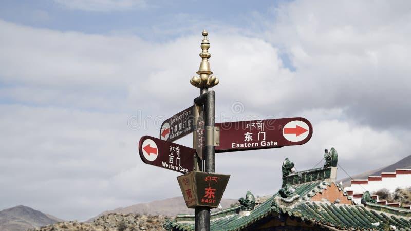 Wschodu znak i inni kierunki z chińczykiem i Tybet językiem fotografia stock