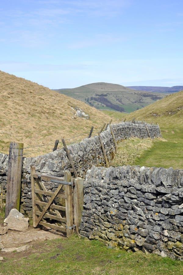 Wsi anglików płotowy wzgórzy krajobrazu ślad