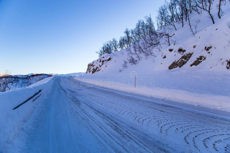 Wsi zimy lokalna droga w P??nocnym Norwegia zdjęcia royalty free