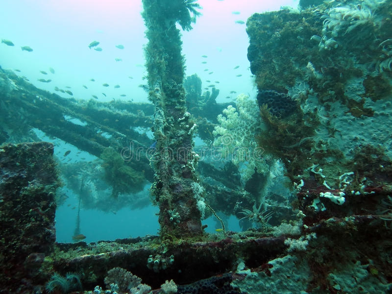 Wsiada zapadniętego statek pod wodą w Filipiny zdjęcia stock