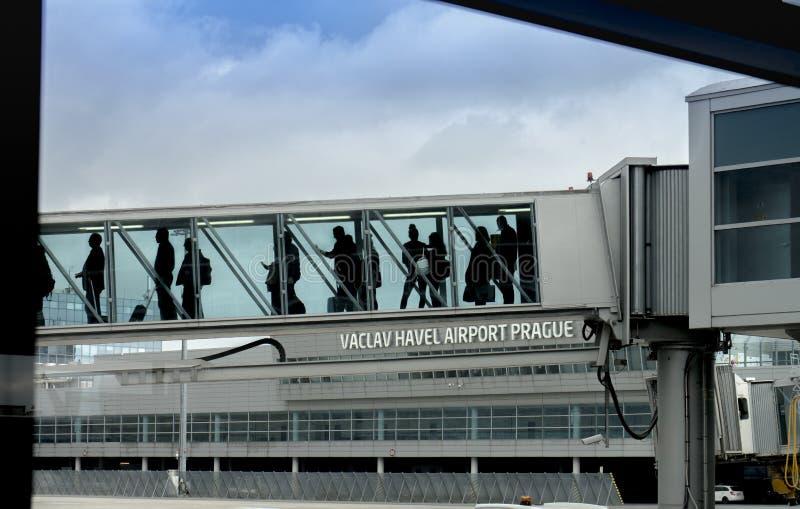 Wsiadający przy Vaclav Havel lotniskiem - Praga, Czechia fotografia stock