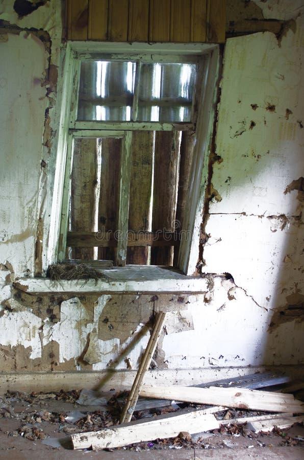 Wsiadający w górę okno w zaniechanym starym domu fotografia stock