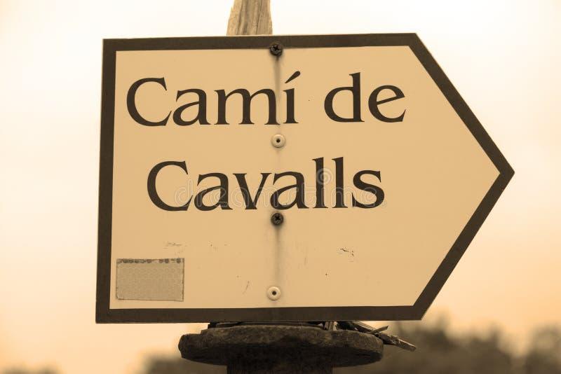 Wskaźnik stara jawna droga dzwonił Camí De Cavalls który iść wokoło całej wyspy, zdjęcia royalty free