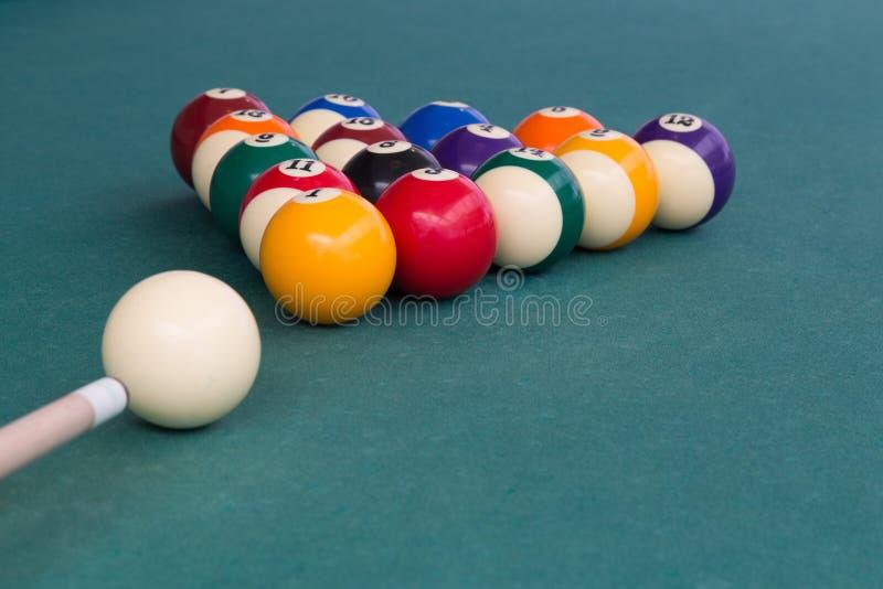 Wskazówka celuje białą piłkę łamać snookerów bilardy na stole zdjęcie stock
