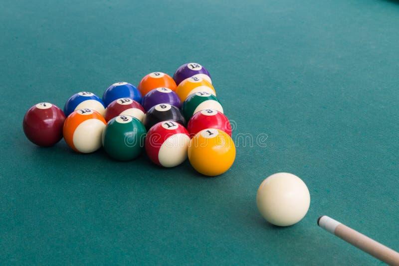 Wskazówka celuje białą piłkę łamać snookerów bilardy na stole obrazy stock