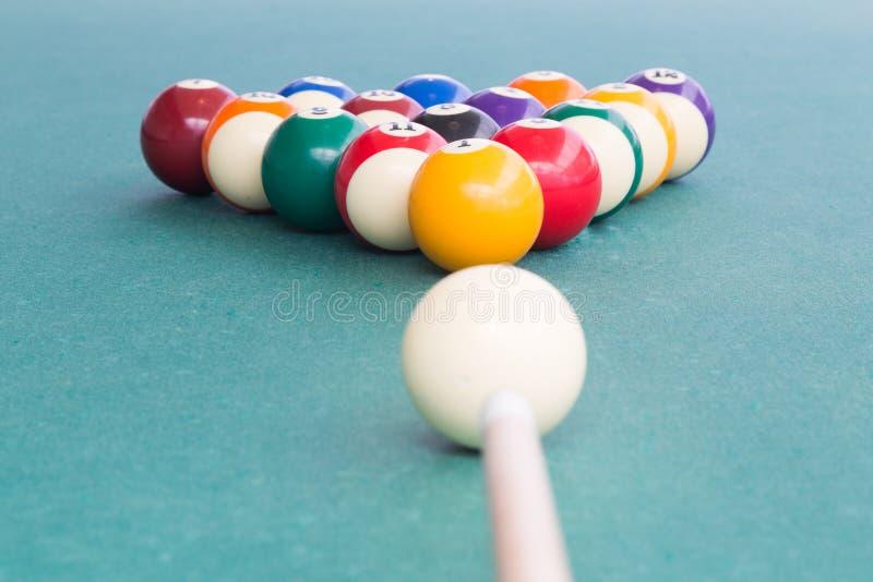 Wskazówka celuje białą piłkę łamać snookerów bilardy na stole zdjęcia stock