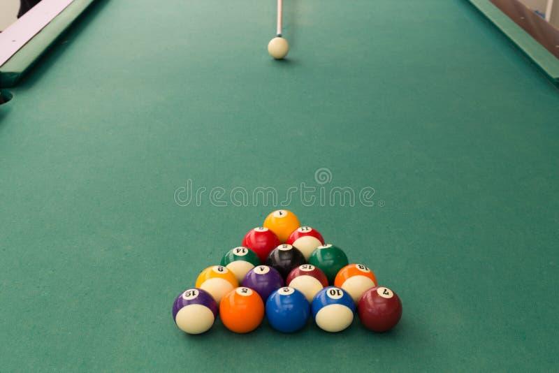 Wskazówka celuje białą piłkę łamać snookerów bilardy na stole fotografia royalty free
