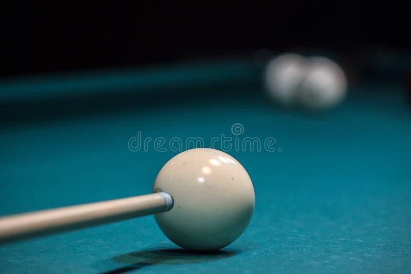 Wskazówka celuje biała piłka, ścisły cios piłka zdobywać punkty w kieszeni, wygrywać zdjęcie stock