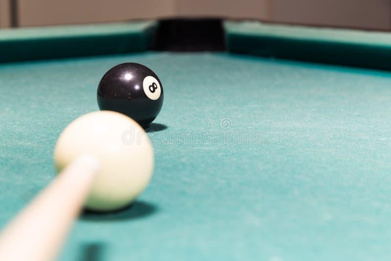 Wskazówka celuje czarną piłkę w snookerów bilardów stołu kieszeń obraz stock