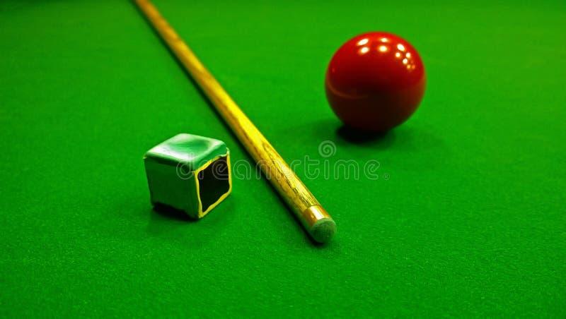 Wskazówki, kredy i snookeru piłka, fotografia stock