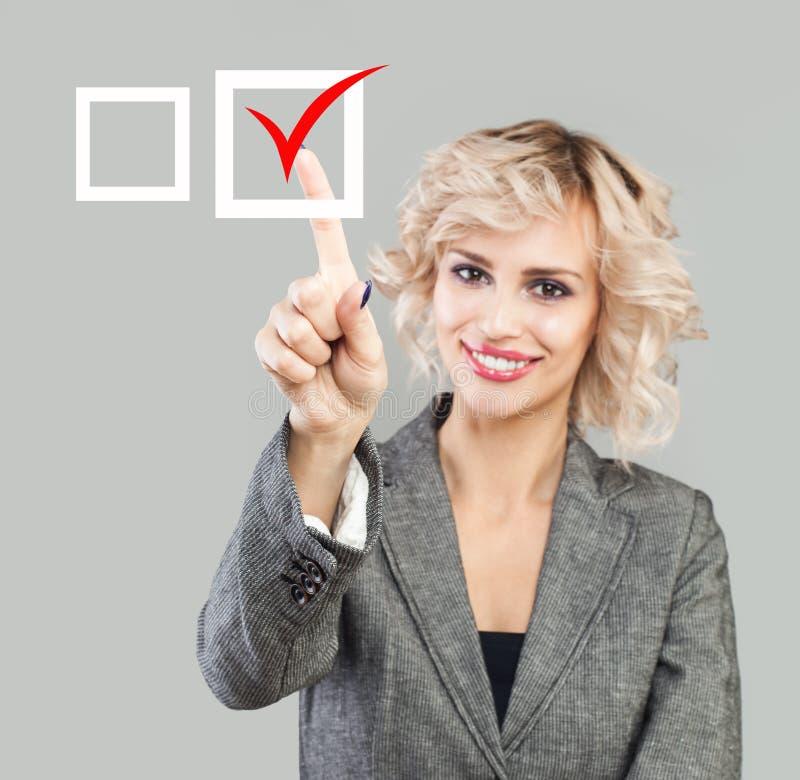 Wskazywać żeńską rękę i czerwoną ocenę Wyboru i głosowania pojęcie zdjęcie royalty free