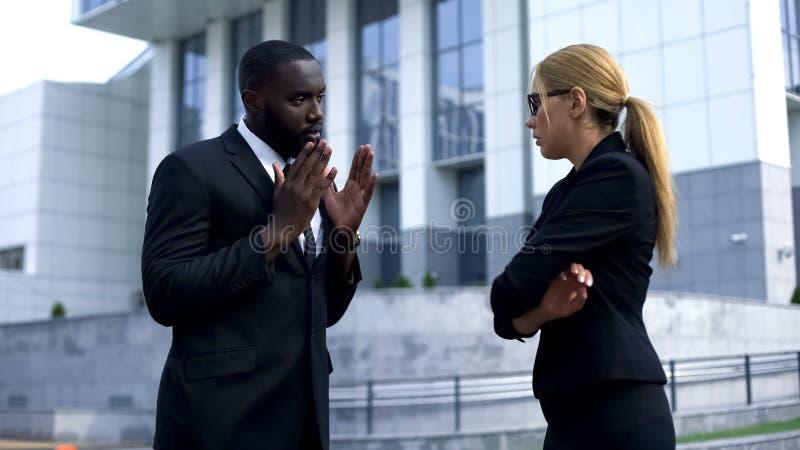 Współpracownicy kłóci się, kłopoty przy pracą, stresujący styl życia, źle zrozumieć zdjęcia stock