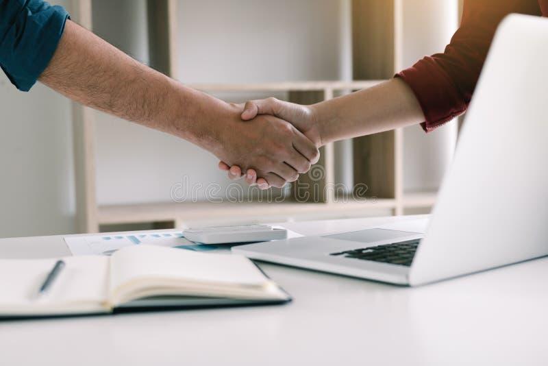 Współpracownika chwiania początkowe ręki z kolegami w ministerstwo spraw wewnętrznych zdjęcie stock