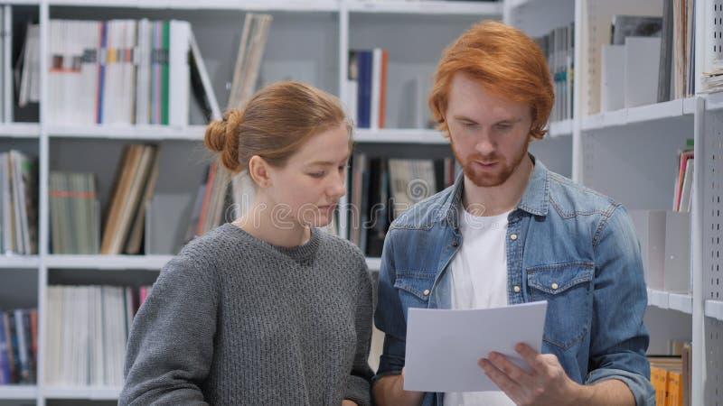 Współczłonek drużyny Ruchliwie Robi papierkowa robota w biurze, Dyskutuje projekt obrazy royalty free