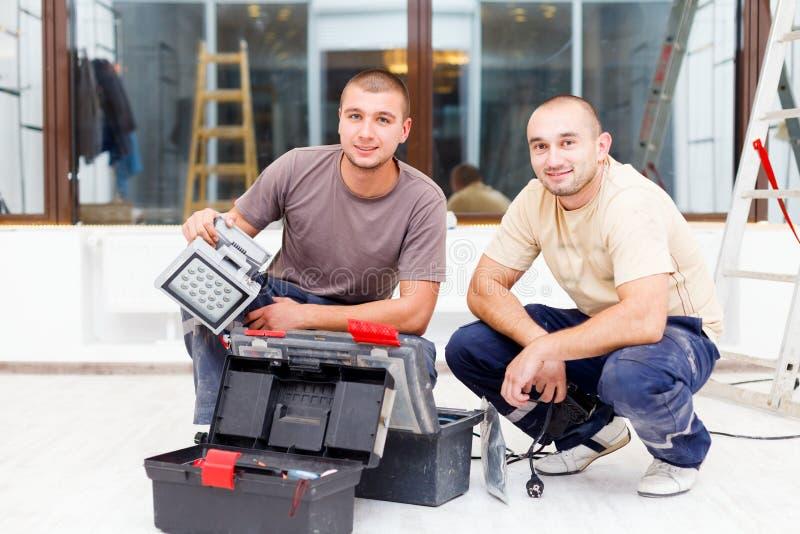 Współczłonków drużyny elektrycy Z Narzędziowymi pudełkami obrazy royalty free