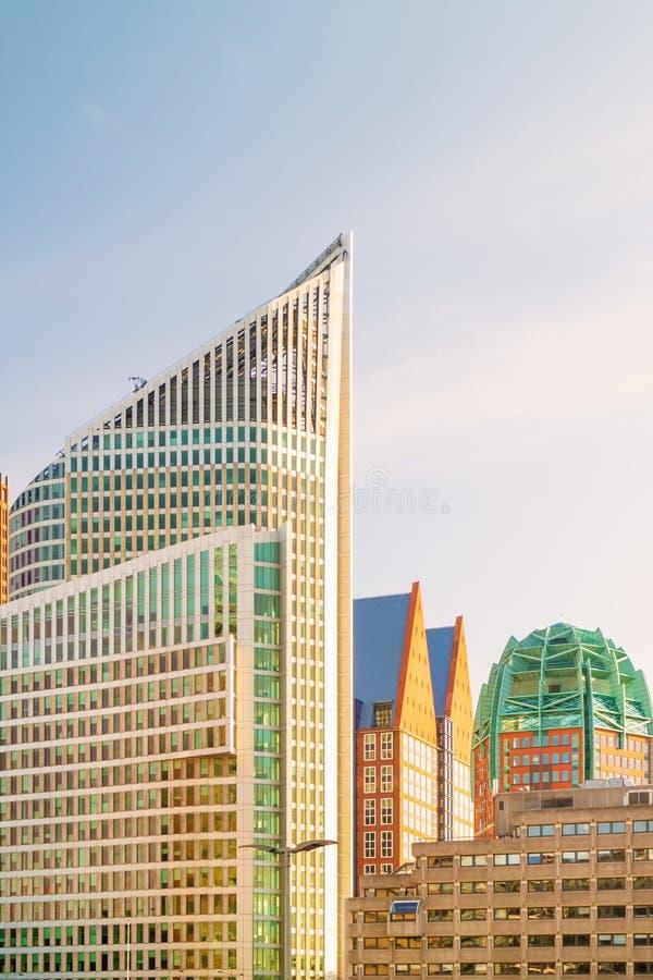 Wsp??cze?ni budynki biurowi w Haskim centrum miasta holandie fotografia royalty free