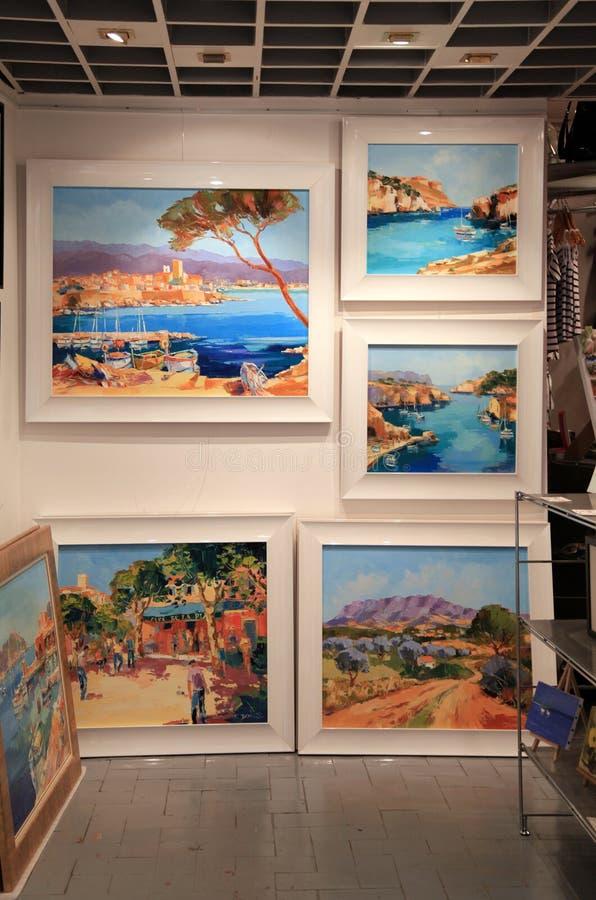 Współcześni obrazy przy galerią sztuki w Saint Paul De Vence, zdjęcia stock