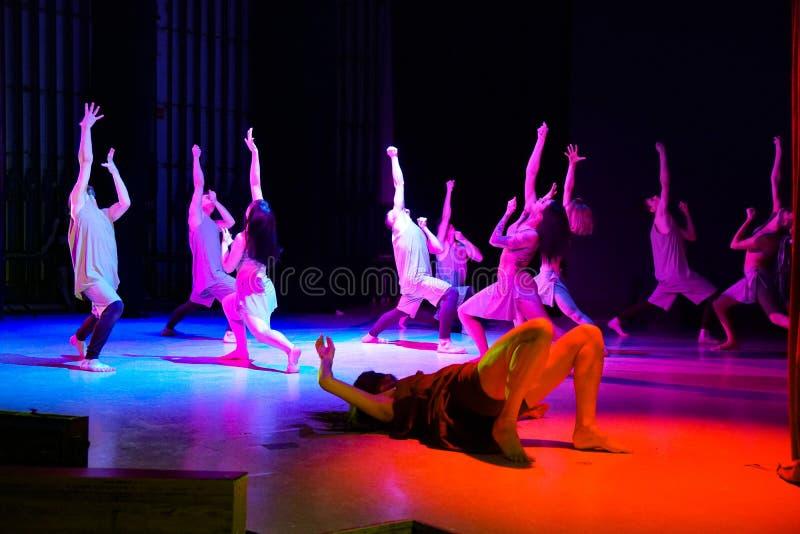 Współcześni tancerze na scen rękach i patrzeją w górę zdjęcie royalty free