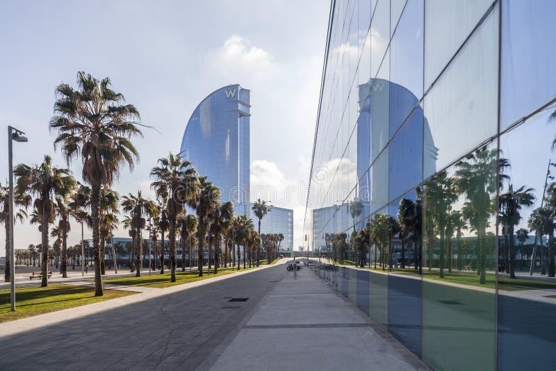 Współczesna architektura, hotel W lub Hotelowi Vela Ricard Bofill, Odbicie szklany budynek, Barceloneta plaża, Barcelona fotografia royalty free