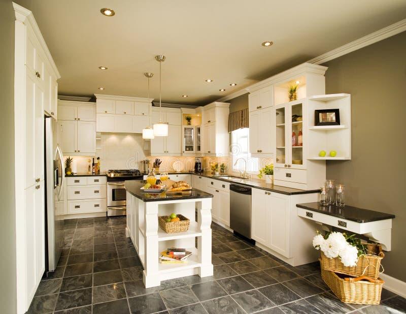 Współczesna biała drewniana kuchnia z wyspą zdjęcie royalty free