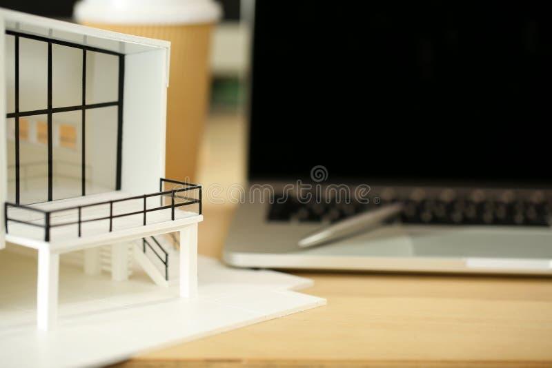 Współczesna budynku modela pozycja przy architekta pracującym stołem zdjęcie stock
