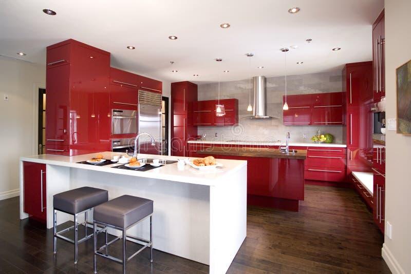 Współczesna czerwona nowożytna kuchnia z 2 różną wyspą obrazy royalty free
