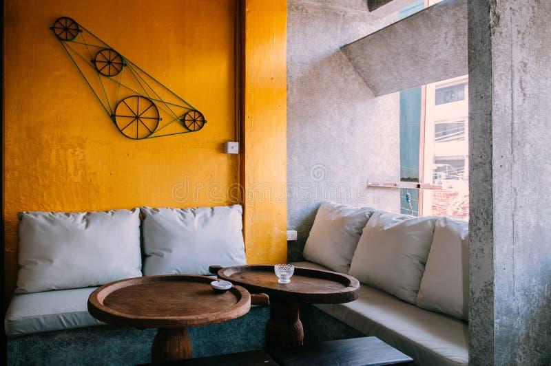 Współczesna kanapy leżanka i obiadowy stół z Jaskrawym kolorem żółtym i zdjęcia royalty free