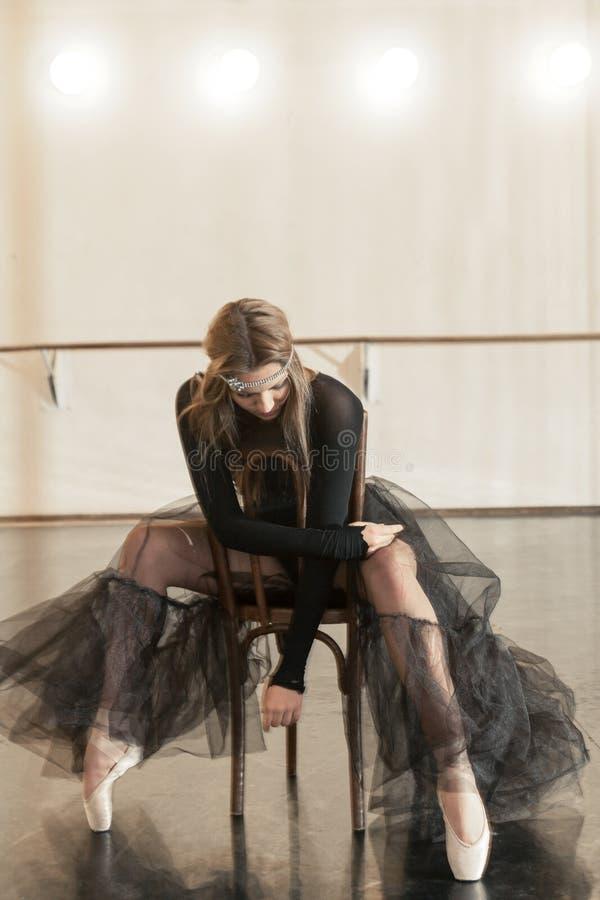 Współczesny baletniczy tancerz na drewnianym krześle na powtórce obraz stock