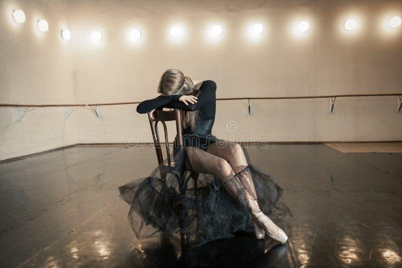 Współczesny baletniczy tancerz na drewnianym krześle na powtórce fotografia stock