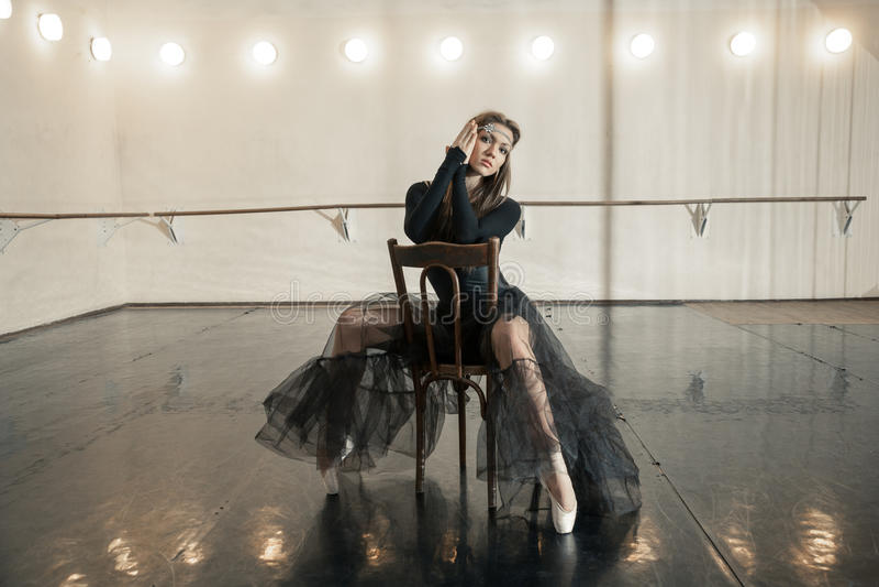 Współczesny baletniczy tancerz na drewnianym krześle na powtórce obrazy stock