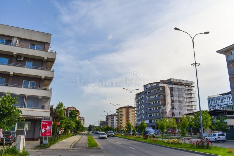 Współczesny europejski kompleks budynki mieszkalni z nowymi nowożytnymi blokowymi budynkami, zieleni bulwaru Dem, astronautycznym zdjęcia royalty free