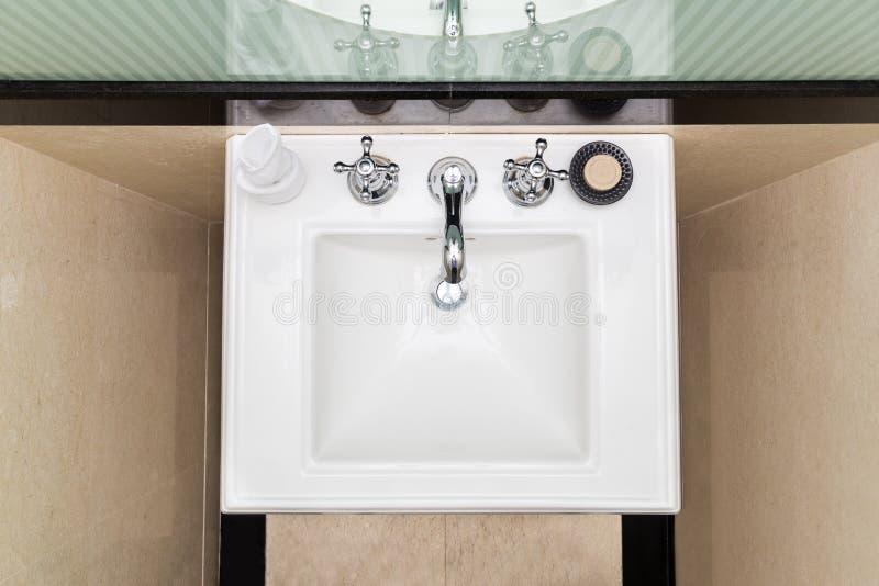 Współczesny i elegancki obmycie basenu zlew w toalecie fotografia stock