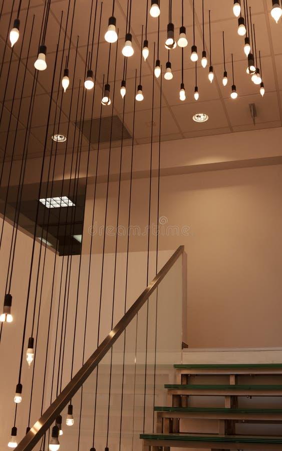 Współczesny luminaire dla schody wśrodku budynku biurowego obrazy royalty free