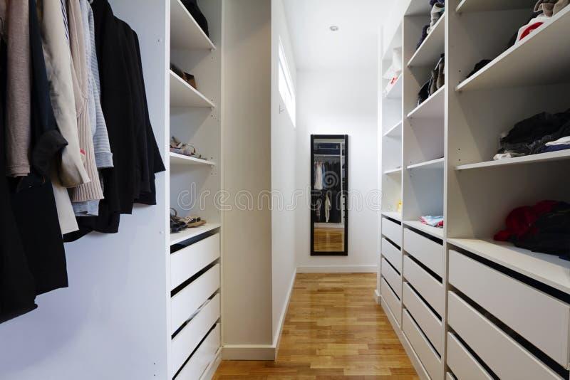 Współczesny spacer w garderobie obrazy royalty free