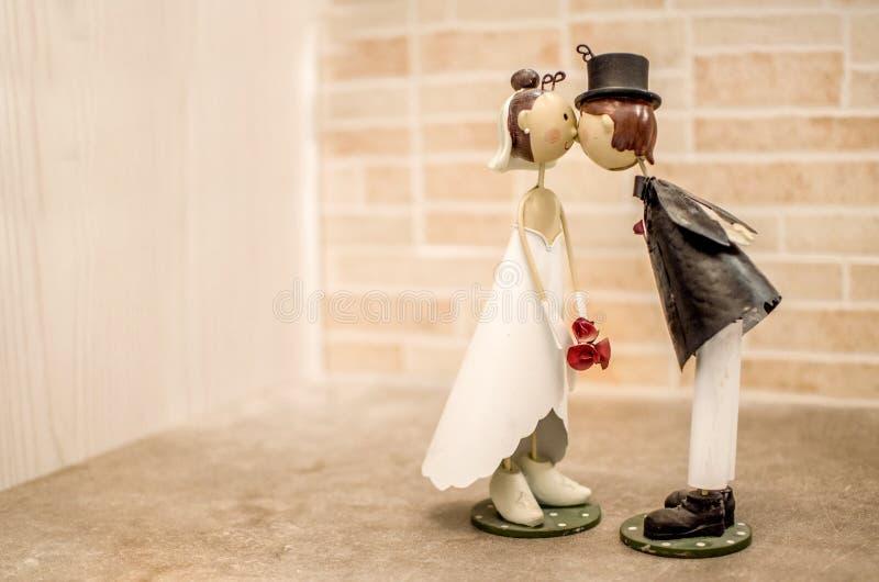 Współmałżonków buziaki poślubia przysługę - bomboniere zdjęcie stock