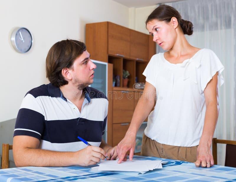 Współmałżonkowie dyskutuje rachunki obraz royalty free