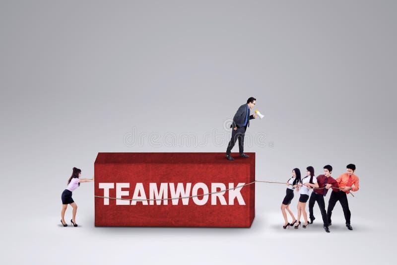 Współpraca pracownicy niesie biznesową przeszkodę zdjęcie royalty free