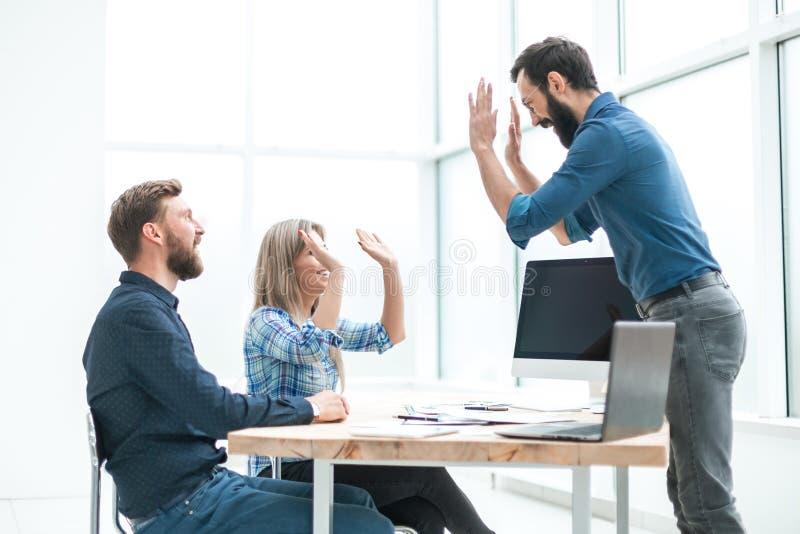 Współpracownicy, przyjaciele, dający sobie piątkę zdjęcie stock