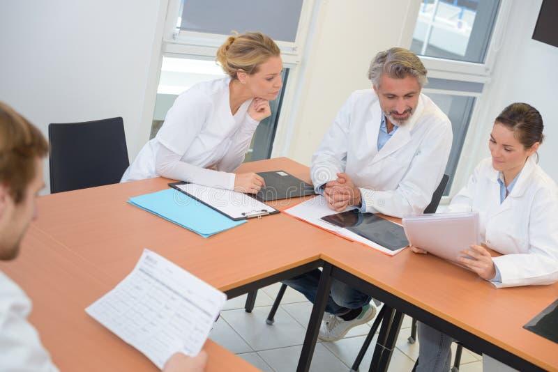 Współpracownicy szpitala sprawdzający dokumenty zdjęcie stock