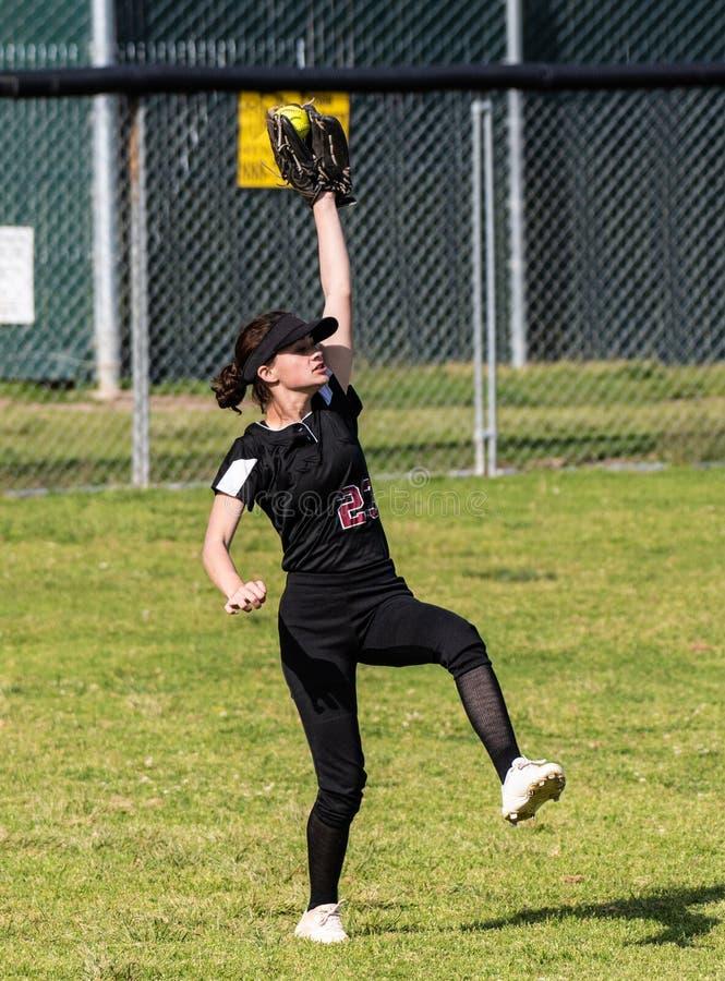 Współzawodniczyć w szkoła średnia softballa grą zdjęcie stock