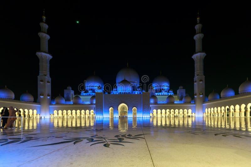 Wspaniały widok wewnętrzny teren Sheikh Zayed Uroczysty meczet, pięknie iluminujący z błękita światłem w wieczór zdjęcie royalty free