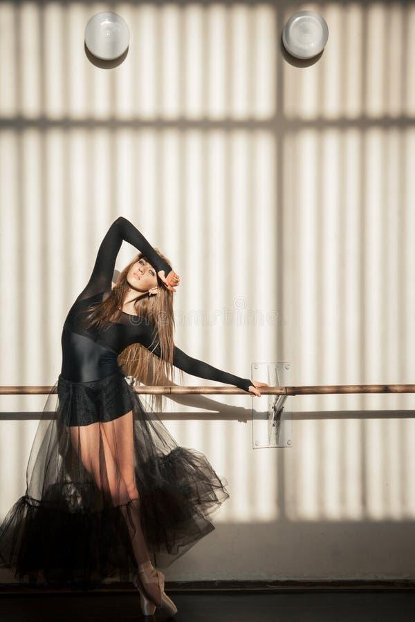 Wspaniała żeńska baletniczego tancerza pozycja przy ścianą zdjęcie stock