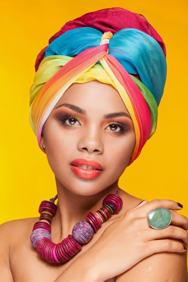 Wspaniała afro amerykańska etniczna dziewczyna z turbanem na jej głowie zdjęcie stock