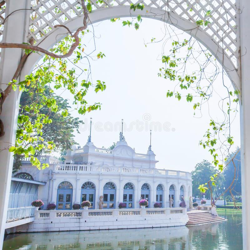 Wspaniała architektura uderzenie w pałac otaczającym tropikalnym jeziorem zdjęcia stock