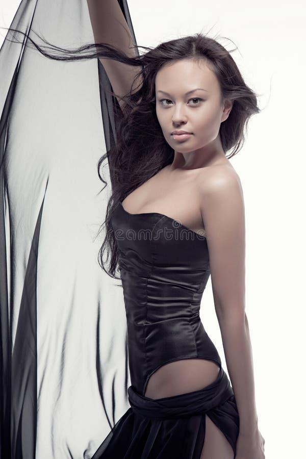 Wspaniała azjatykcia kobieta w czerni sukni obraz stock